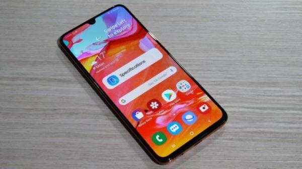 Samsung представил смартфон с выдвижной вращающейся камерой