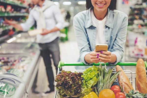Использование смартфона в магазине ведет к повышенным тратам