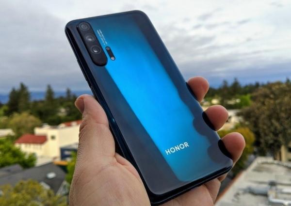 В сеть утекли фотографии Honor 20 Pro: «дырявый» дисплей, боковой сканер и камера с четырьмя модулями