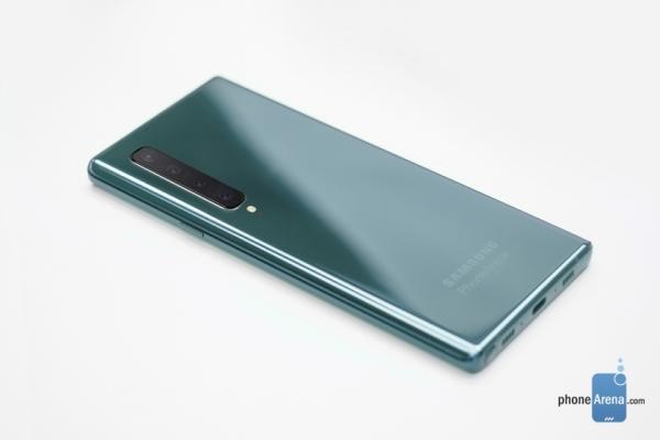 Samsung Galaxy Note 10 на концепт-рендерах: экран с вырезом посередине и камера с четырьмя модулями