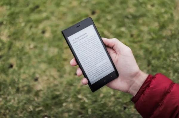 Kingrow K1 – смартфон с черно-белым дисплеем на электронных чернилах