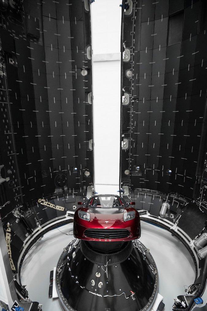 Илон Маск показал спутники, которые обеспечат интернетом всю Землю