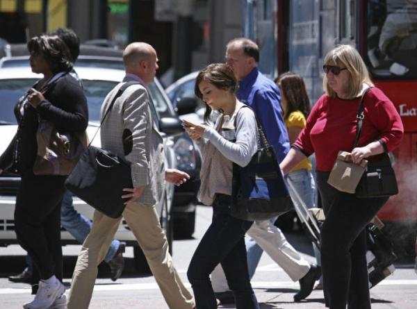 Пешеходов Нью-Йорка ждут штрафы за использование смартфонов на переходе