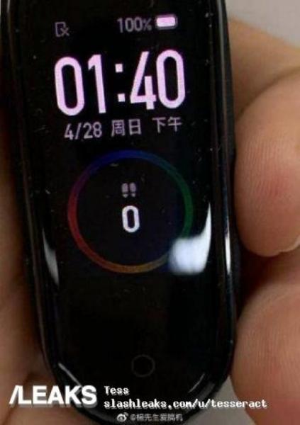 Xiaomi Mi Band 4 с цветным экраном появился на «живых» фотографиях