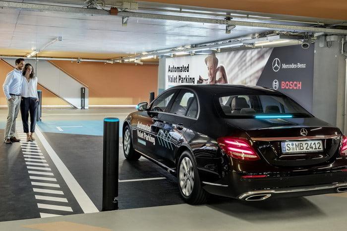 Daimler и Bosch представили первую систему автономной паковки