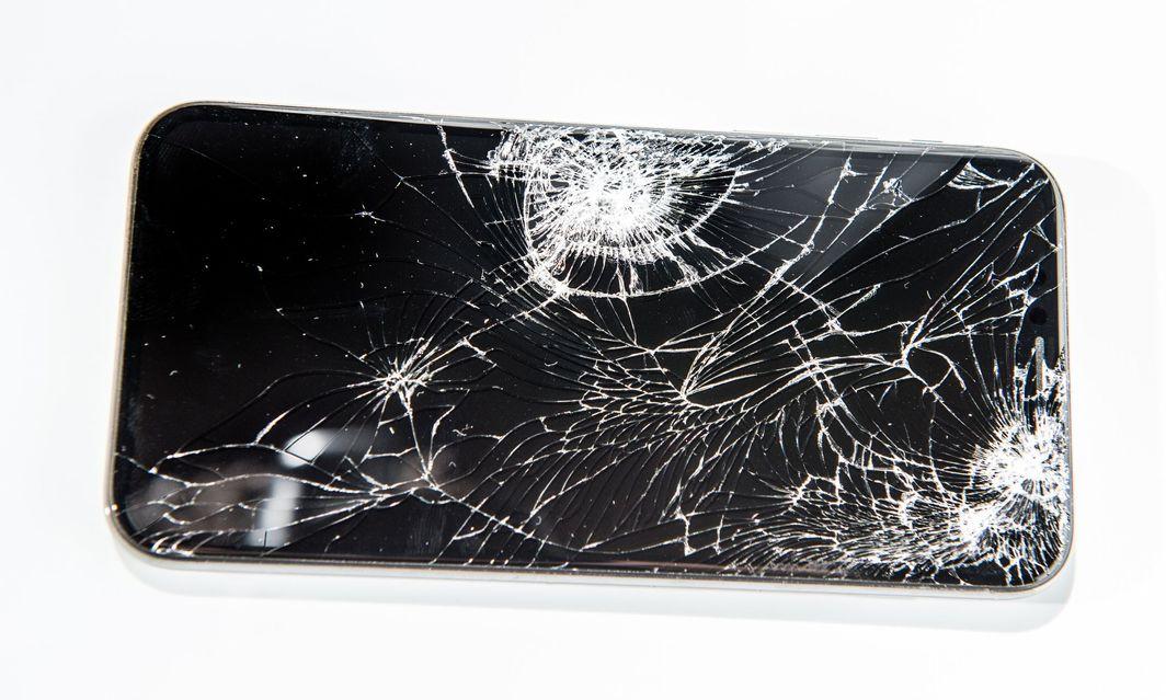 Разбился экран на iPhone – что делать?